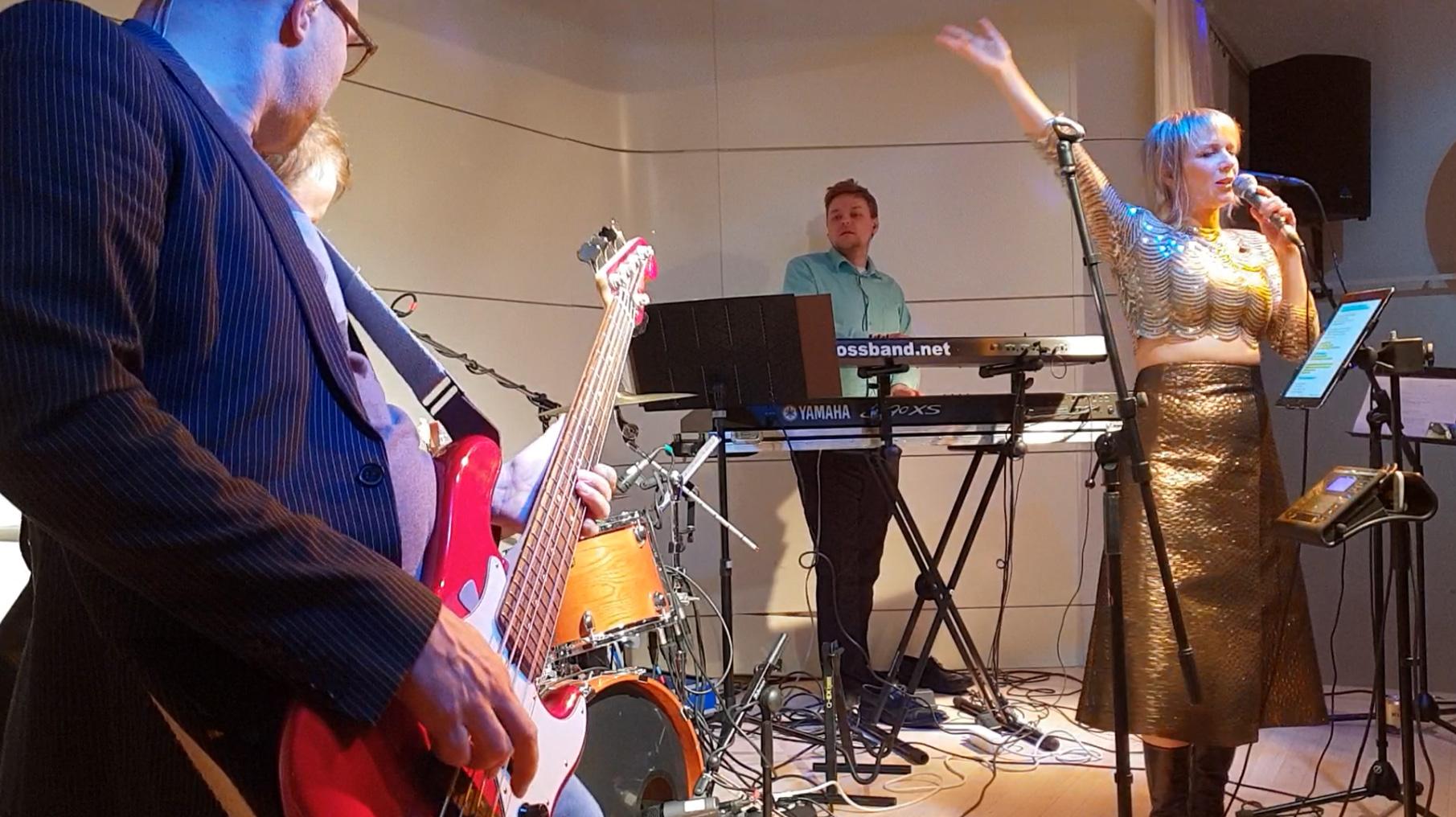 Basisti ja kitaristi jammailevat etualalla
